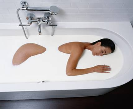 cleopatra-in-bath